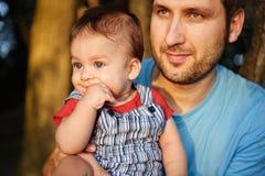 Engendre con su hijo en un parque Imagen de archivo