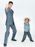 Engendre con un hijo joven, vestido en un juego Fotografía de archivo libre de regalías