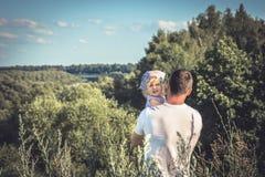 Engendre el abarcamiento de la hija que mira en el horizonte del paisaje del campo de la distancia Fotografía de archivo libre de regalías