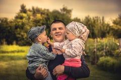 Engendre el abarcamiento de los niños hijo e hija en el parenting de la felicidad del concepto del campo Imagen de archivo