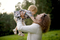 Engendre el bebé de la explotación agrícola e ir a besarla Imagen de archivo libre de regalías
