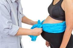Engendre el control un arco azul en el vientre de la madre Imagenes de archivo