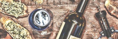 Engendre el día del ` s, acción de gracias, la Navidad Vino y crostini con una goma del aguacate Fotos de archivo