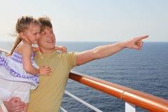 Engendre en la cubierta del trazador de líneas de la travesía, llevando a la hija Fotografía de archivo