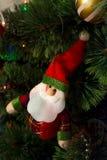 Engendre a Frost en el árbol de navidad con la guirnalda y los regalos Imagen de archivo libre de regalías