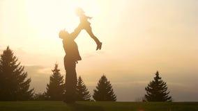 Engendre jugar con la hija en parque, cámara lenta almacen de metraje de vídeo