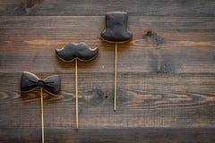 Engendre la celebración del día o del cumpleaños del ` s con las galletas de la muestra del lazo negro, del bigote y del sombrero Fotos de archivo