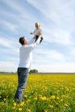 Engendre la elevación de su hijo para arriba en el cielo Foto de archivo libre de regalías