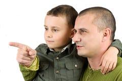 Engendre la enseñanza de su hijo, aislado en blanco Foto de archivo