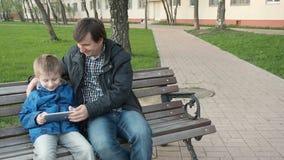 Engendre la enseñanza de su hijo joven lindo utilizar una tableta almacen de video