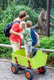 Engendre la explicación de monos de la hija y del hijo en el parque zoológico fotografía de archivo