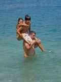 Engendre la hija, y al hijo que salta en el mar Imágenes de archivo libres de regalías