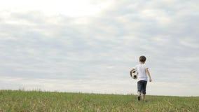 Engendre la madre y al hijo que juegan en la playa en el tiempo del día metrajes