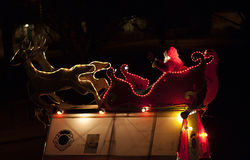 Engendre la Navidad en un trineo y un reno dos Imágenes de archivo libres de regalías