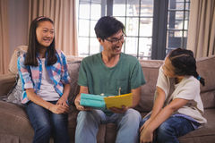 Engendre la recepción de la tarjeta de felicitación y de la caja de regalo de hermanos en sala de estar fotografía de archivo libre de regalías