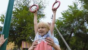Engendre los juegos con el niño en el patio metrajes