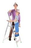 Engendre y su hijo que adorna su nueva casa imagen de archivo