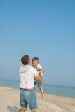 Engendre y su hijo que se divierte en la playa Fotografía de archivo libre de regalías