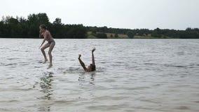 Engendre y su pequeña hija que se divierte en el lago metrajes