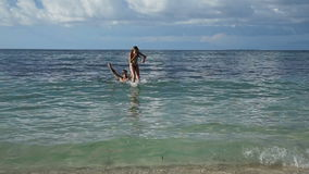 Engendre y su pequeña hija que se divierte en el mar almacen de video