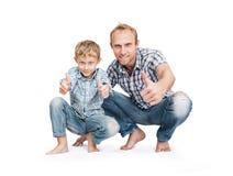 Engendrez avec le fils dans des jeans déchirés en lambeaux par bleu avec le grand geste Images libres de droits