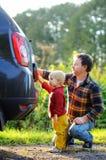 Engendrez avec sa voiture de lavage de fils d'enfant en bas âge ensemble photographie stock libre de droits