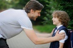 Engendrez avec ses fils-premier-niveleuses dans la cour d'école Images stock