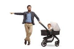 Engendrez avec un bébé garçon à un pointage de poussette photographie stock