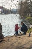 Engendrez avec un enfant en bas âge sur la banque de l'étang de Novodevichy moscou Photographie stock libre de droits