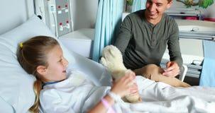 Engendrez donner l'ours de nounours à sa fille malade banque de vidéos
