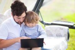 Engendrez enseigner sa fille employant l'ordinateur portable, l'enfant et le te Images libres de droits
