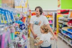 Engendrez et sa nourriture de achat de fils à un supermarché images libres de droits