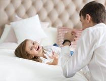 Engendrez et sa petite fille ayant l'amusement ensemble photo stock