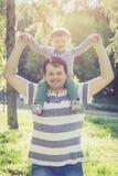 Engendrez et ses deux années de fils sur ses épaules Image libre de droits