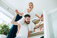 Engendrez et ses six années de fille d'enfant à la maison Photo stock