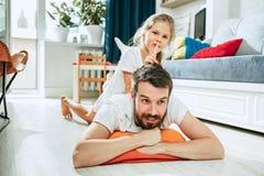 Engendrez et ses six années de fille d'enfant à la maison Photos stock