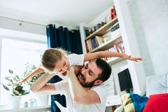 Engendrez et ses six années de fille d'enfant à la maison Image stock