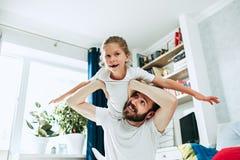 Engendrez et ses six années de fille d'enfant à la maison Photographie stock
