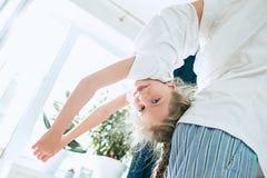Engendrez et ses six années de fille d'enfant à la maison Photo libre de droits