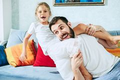 Engendrez et ses six années de fille d'enfant à la maison Image libre de droits