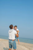 Engendrez et son fils ayant l'amusement sur la plage Photographie stock libre de droits