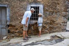 Engendrez et son fils dans le village Orgosolo, Italie Photographie stock
