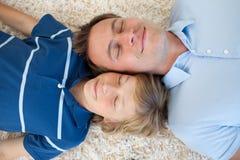 Engendrez et son fils se trouvant sur l'étage Photo libre de droits