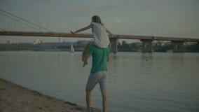 Engendrez jouer avec sa fille la portant sur des épaules banque de vidéos