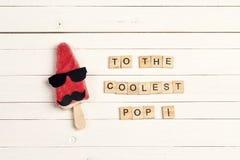Engendrez la carte de voeux de jour du ` s avec la crème glacée drôle et les tuiles en bois Photo stock