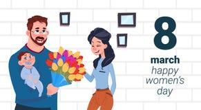 Engendrez la mère de With Baby Greeting avec des femmes jour heureux carte le concept créatif de vacances du 8 mars Photographie stock libre de droits