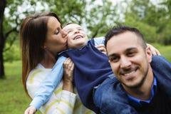 Engendrez la mère et le fils dans la forêt ayant l'amusement Photographie stock