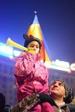Engendrez la protestation avec l'enfant contre le gouvernement à Bucarest images stock