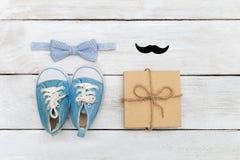 Engendrez le jour du ` s, la carte de voeux, le cadeau et le noeud papillon sur un blanc en bois Image libre de droits