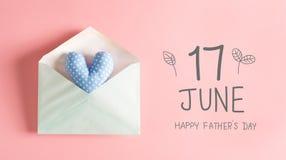 Engendrez le message de jour du ` s avec un coussin bleu de coeur Image stock